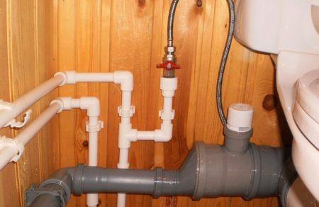 Установленные трубы системы канализации
